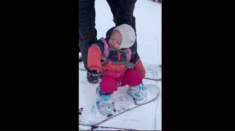 Babi do ta stërvisë në snowboard, të voglin e zë gjumi,