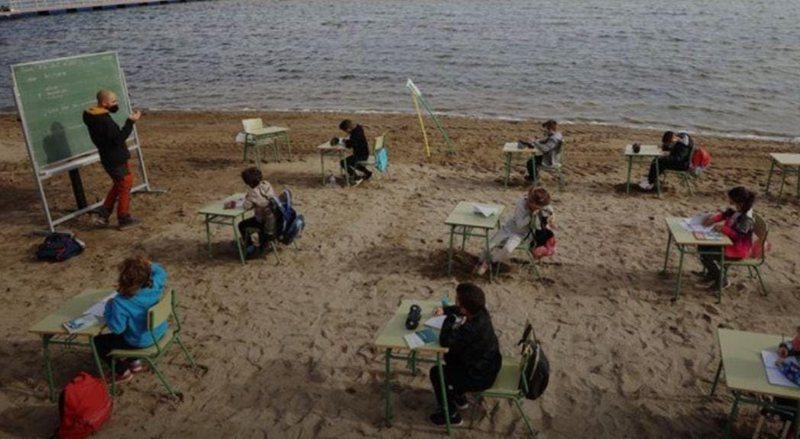 Mësim në plazh për nxënësit në Spanjë,