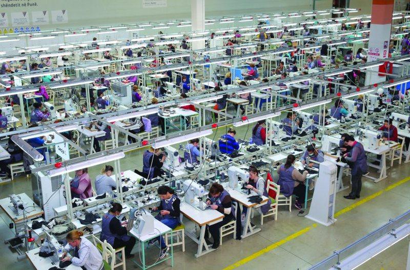 Fasoni hyn në cikël krize, industria paralajmëron mbylljen e 20