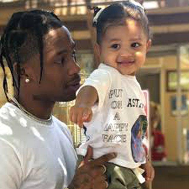 Një baba si Travis Scott, e mëson të bijën që tani se