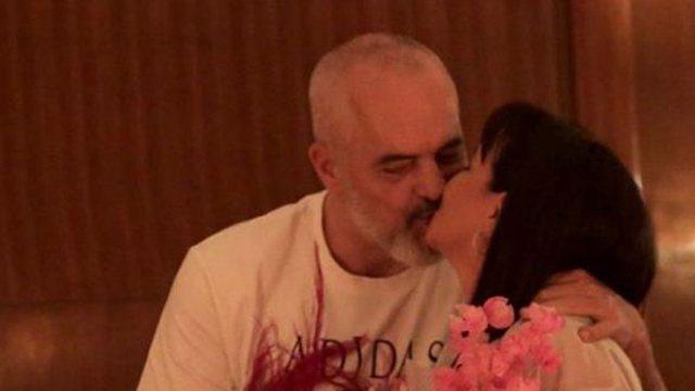 Shfaqet duke u puthur, Rama publikon foton romantike me Lindën në