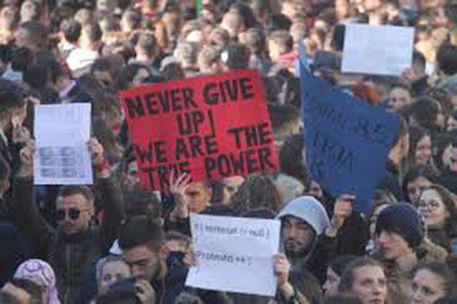 Mbyllja e universiteteve, studentët ngrihen në protestë të