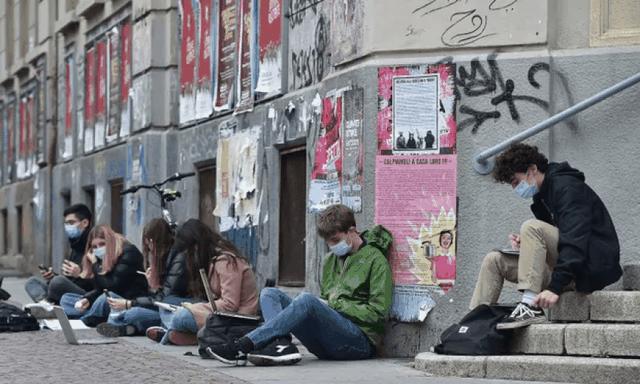 Itali/ Protestë simbolike kundër mbylljes së shkollave,