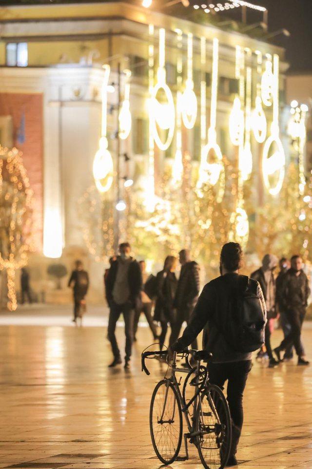 Pandemi dhe festa, Tirana këtë vit ndezi dritat para kohe