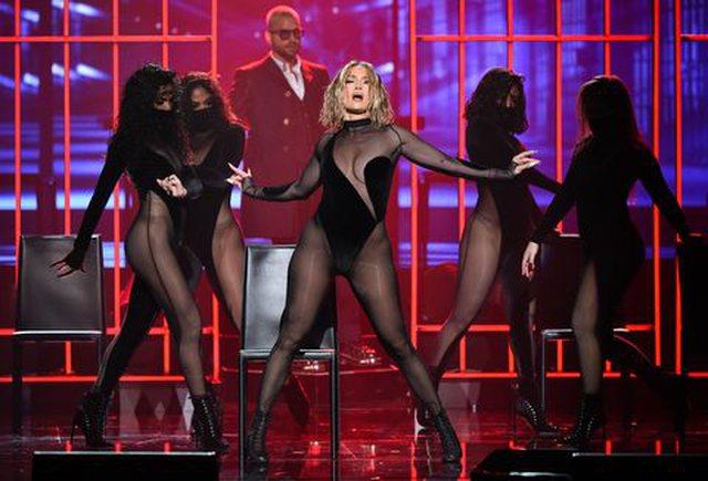 Performanca e Jennifer Lopez ishte aq sensuale në AMAs sa për pak do