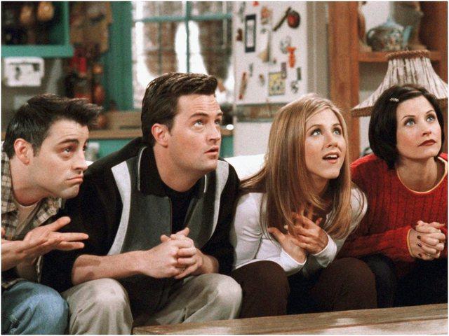 """""""Chandler Bing"""" i jep fund beqarisë, fejohet me të"""