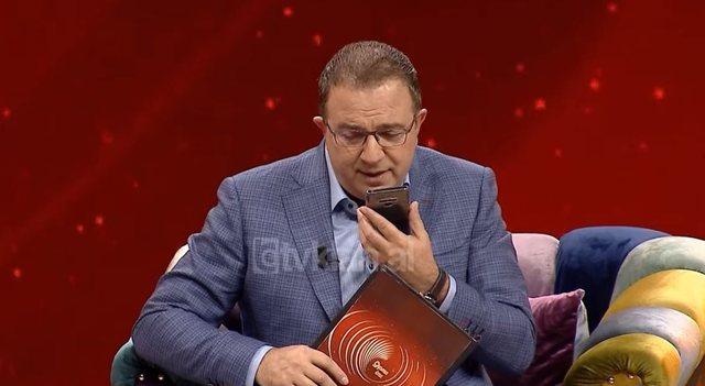 Ardit Gjebrea ndërpret intervistën për të telefonuar