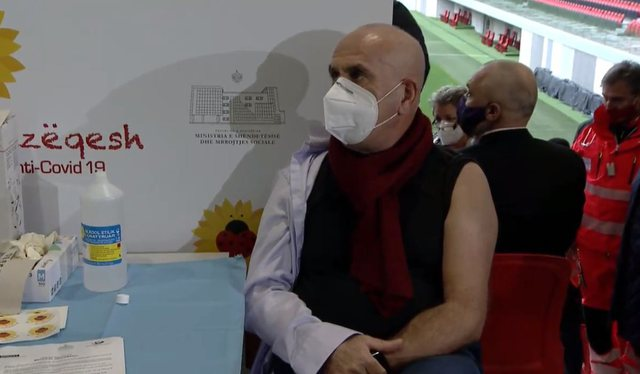 Video/ Shqipëria nis vaksinimin antiCovid-19, e para Najada Çomo;