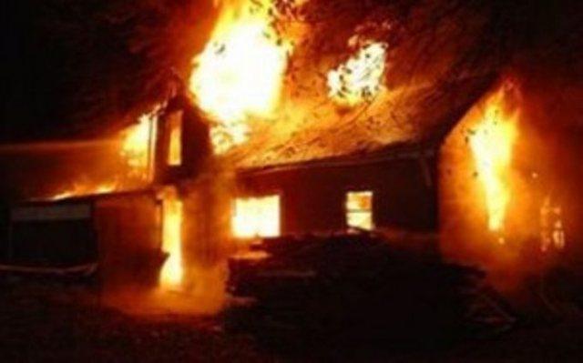 Nipi i vuri zjarrin banesës, ndërron jetë në spital