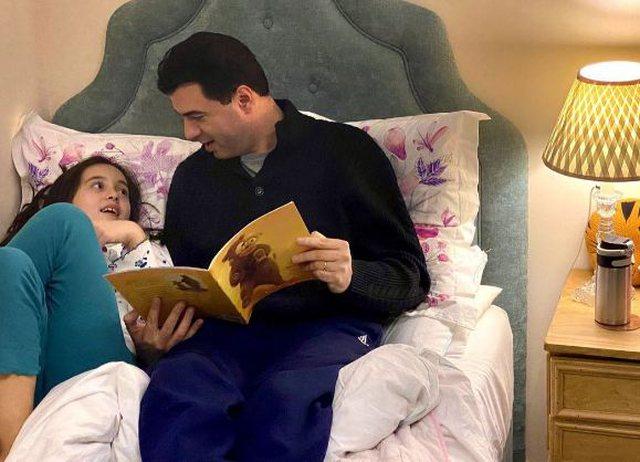 """""""Goca e babit"""", Basha i lexon librin e preferuar vajzës së"""
