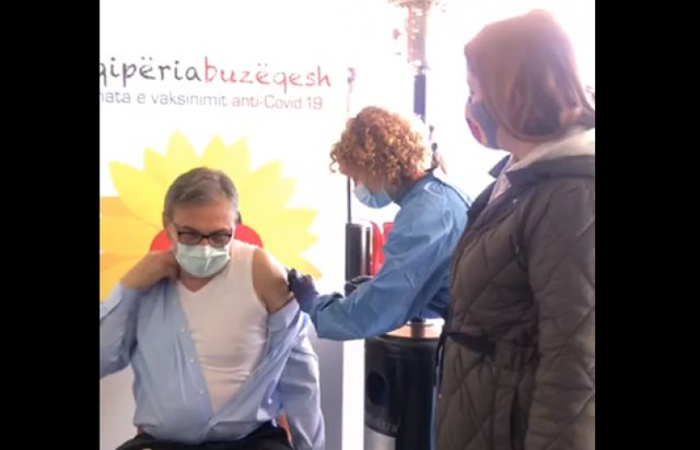 Vaksinohet Skënder Brataj dhe stafi i Urgjencës, Manastirliu: Po