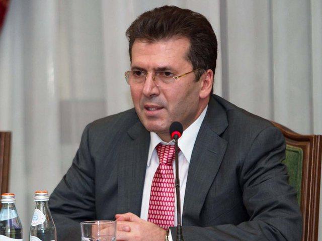 Do kandidoni në Tiranë apo në Fier? Si përgjigjet Fatmir