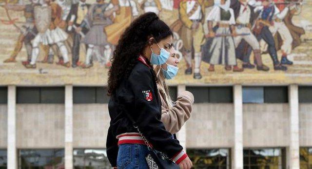 Shpresa tek vaksinat, rëndohet situata e pandemisë në