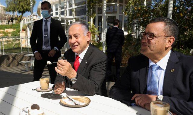 """Izraeli """"rikthehet"""" në jetë, bllokimet anti-Covid thuajse"""