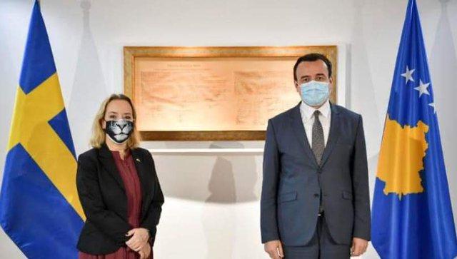 Ambasadorja e Suedisë takon Albin Kurtin, vëmendjen e merr maska e saj