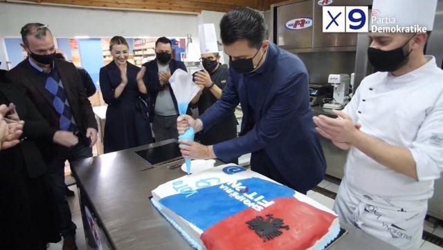 Basha vizitë te biznesi i ish-deputetit socialist; firmos tortën e