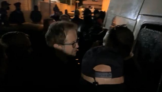 Tomor Aliztoi bllokon furgonin e bashkisë në Berat: I mbushur me