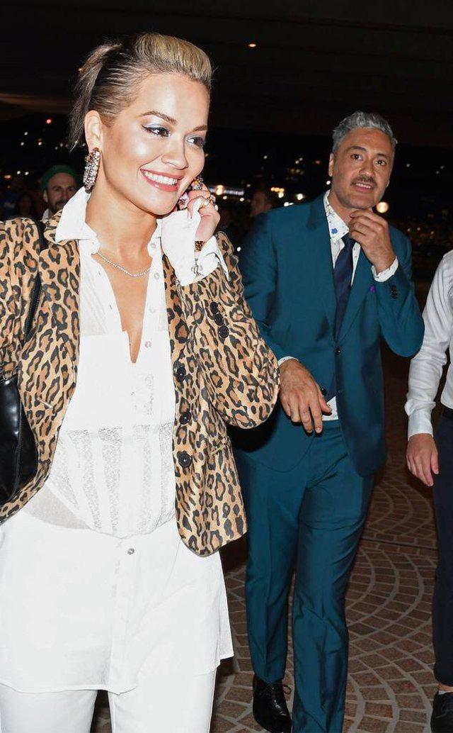 Rita Ora shfaqet hapur me regjisorin e njohur në eventin e