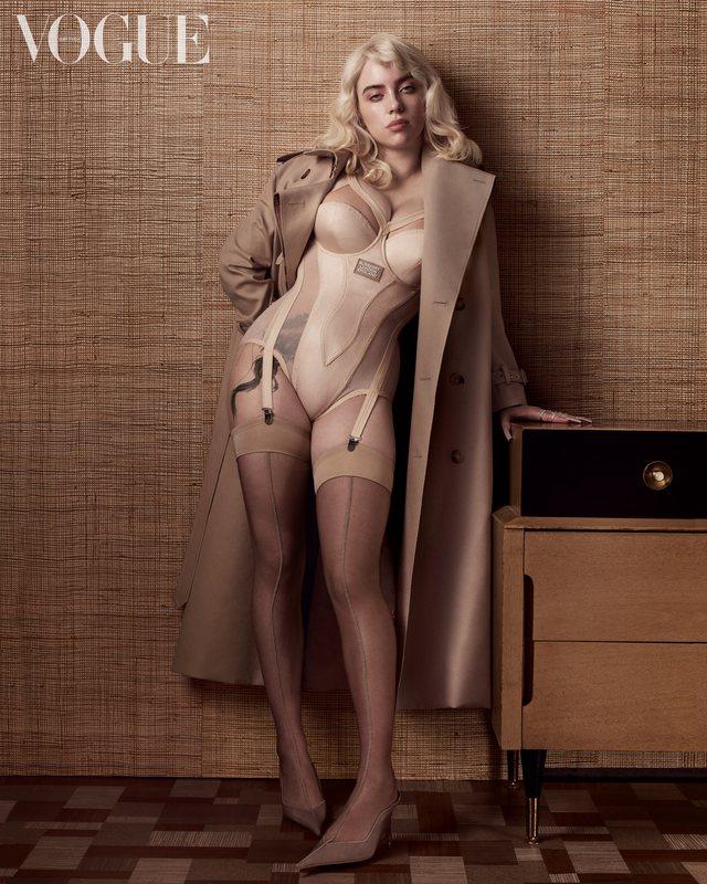 E veshur gjithmonë me rroba të gjëra, Billie Eilish pozon si