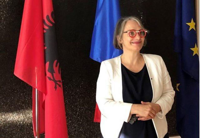 Ambasadorja e Francës mbështet gazetarët: Liria e shtypit