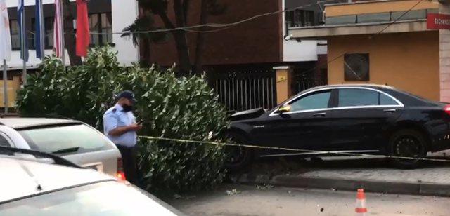 Video/ Aksident në Tiranë, shoferi 19-vjeçar 'merr