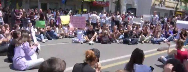 """""""Duam drejtësi"""", maturantët të ulur këmbëkryq"""