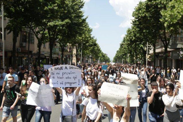 Mbyllet protesta e maturantëve për sot: Do të kthehemi