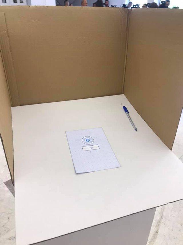 VIDEO / Zgjedhjet në PD, Genc Pollo filmohet duke fotografuar votën