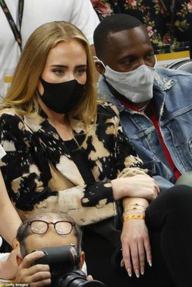 Adele shfaqet për herë të parë në publik me të