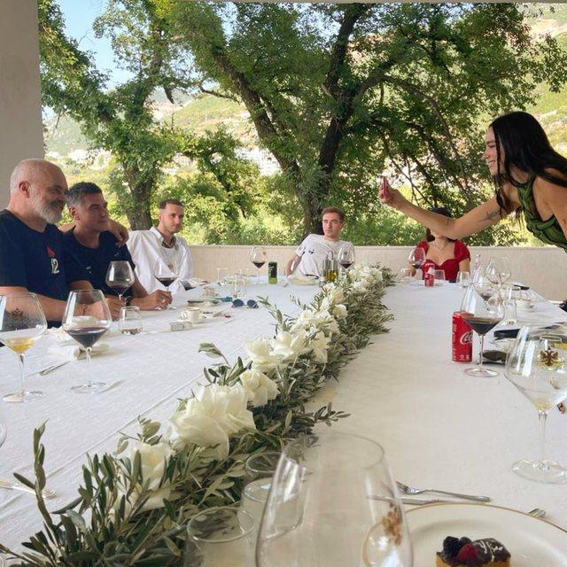 FOTO/ Rama drekon në Vlorë me Dua Lipën dhe familjen e saj, babai