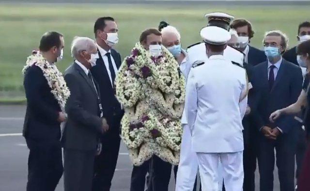Macron-in e mbulojnë me lule gjatë vizitës në Polinezi,