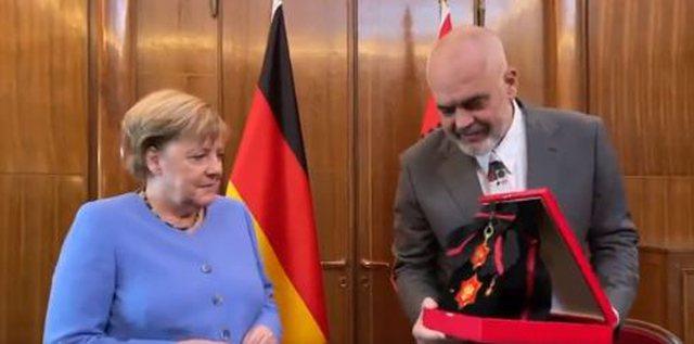 Rama i jep medalje me simbolin e Skënderbeut kancelares, Merkel: