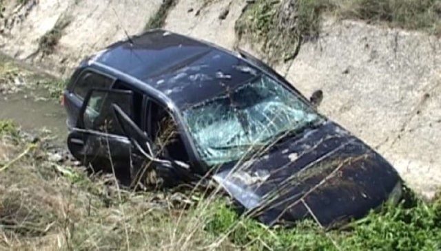 The car crashes into the canal, killing the 44-year-old in Divjaka