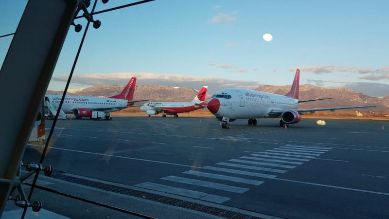 After a 24-hour suspension, the first plane lands in Rinas