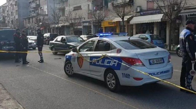 Qëllohet me breshëri plumbash drejt dy makinave në Shkodër