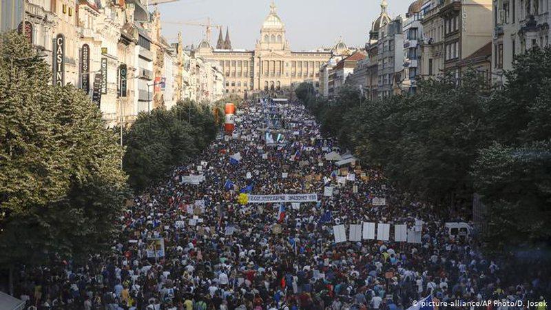 Akuzat për korrupsion, çekët ngrihen në protesta masive