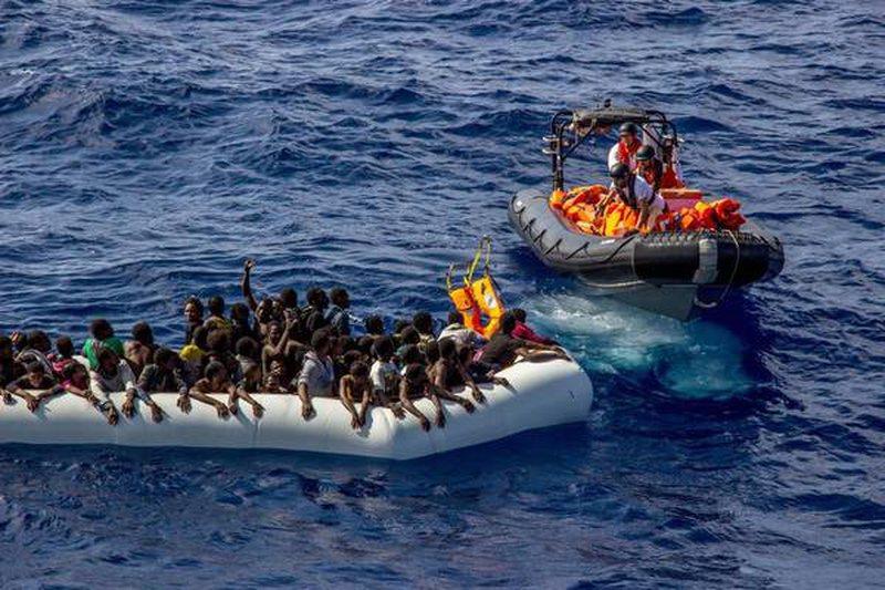 Ministri i ri italian lejon zbarkimin e 82 emigrantëve në port,