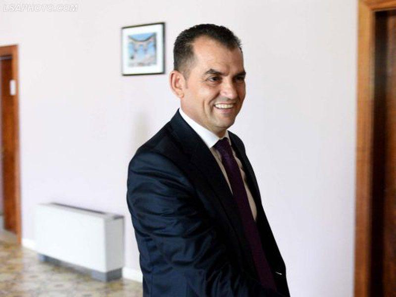 Kaloi vettingun, Meta dekreton Besnik Muçin, anëtarin e parë