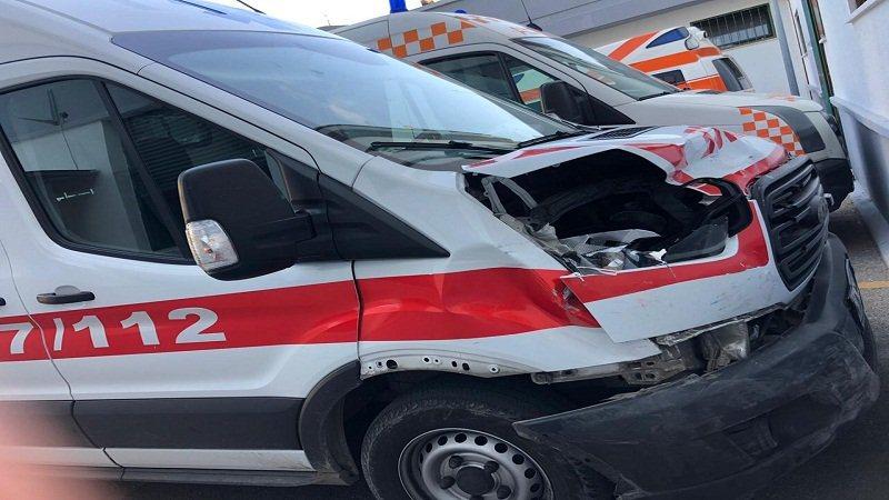 """Durrës, """"Benzi"""" përplaset me ambulancën, plagoset"""
