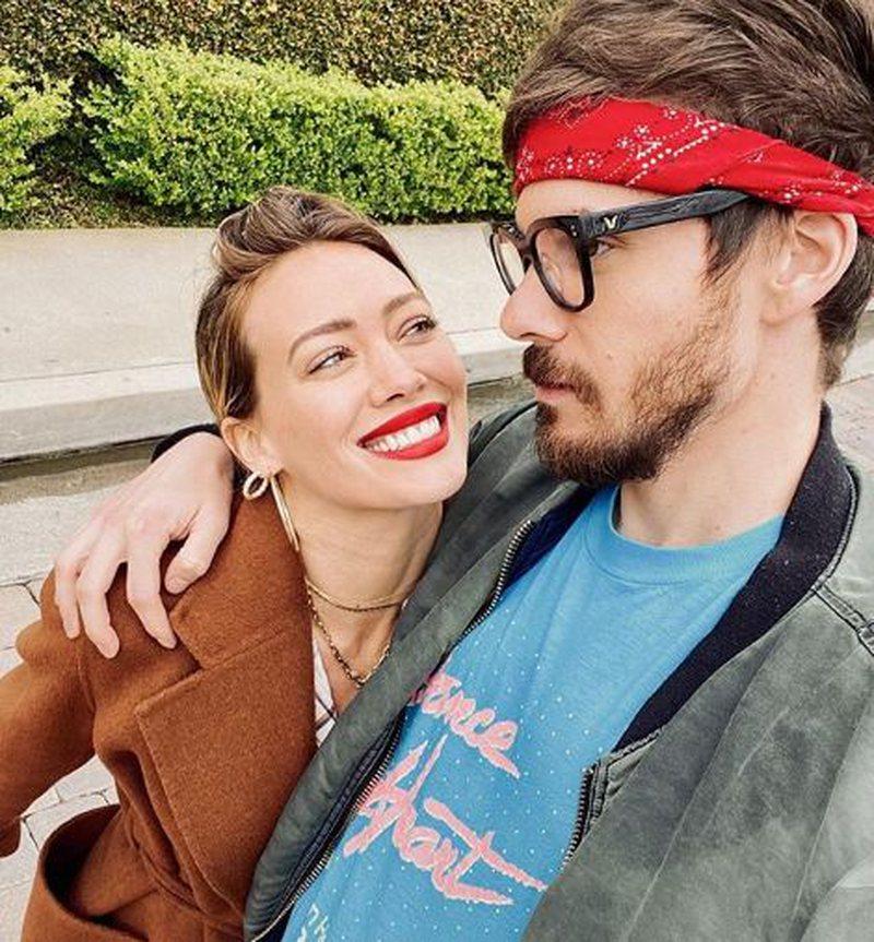 Bashkëshorti i Hilary Duff bën tatuazh emrin e saj në të