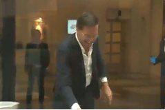 I derdhet kafja, Kryeministri holandez rrëmben leckën dhe e pastron