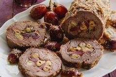 Rosto viçi me fruta të thata, proshutë dhe rrush; receta me