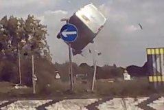 E pabesueshme/ Shikoni sesi furgoni fluturon disa metra në ajër