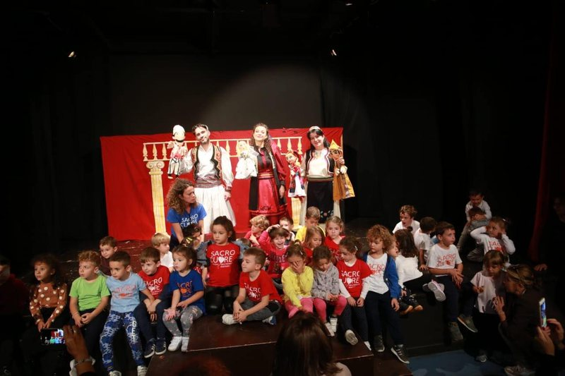 """""""Erdhi teatri"""", me artistët shqiptarë në skenë"""