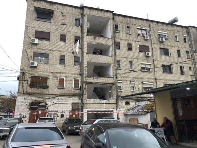 Pallati 5-katësh që u trondit nga tre tërmete, 65 familje në