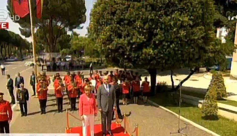 Merkel mbërrin në selinë e Kryeministrisë, pritet me