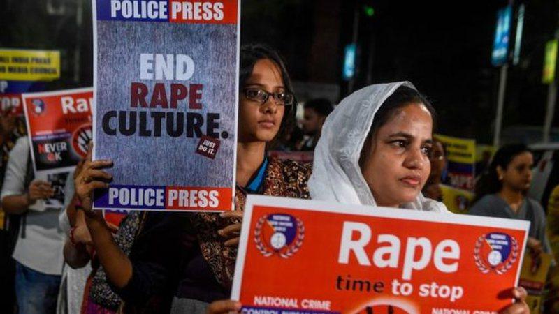 Vdes gruaja indiane e sulmuar me zjarrvënie teksa shkonte në