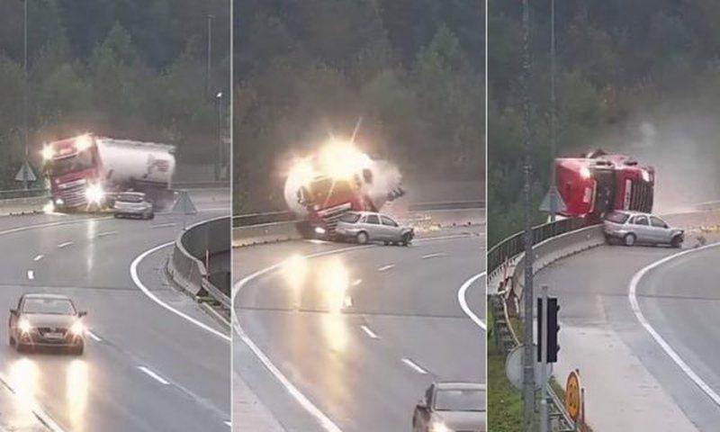 Aksident i tmerrshëm në Slloveni/ Vetura godet kamionin dhe e nxjerr