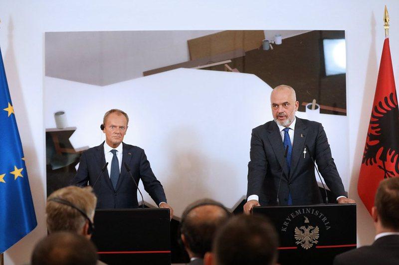 Hapja e negociatave sjell furtunë në politikë, Donald Tusk i