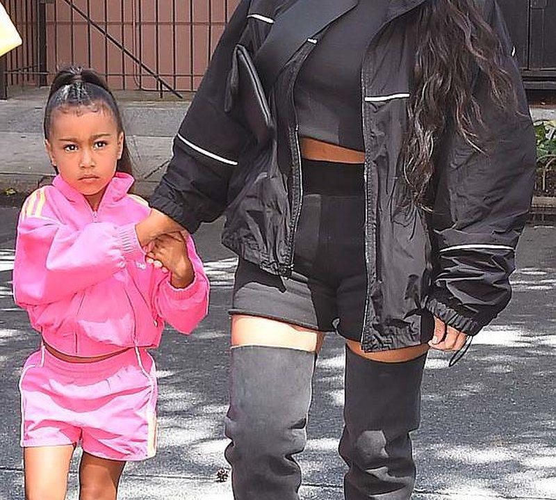 Kim Kardashian e tepron duke i vënë flokë 'extension'